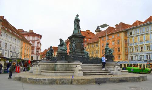 Il monumento all'Arciduca nella Hauptplatz - www.giornalesentire.it