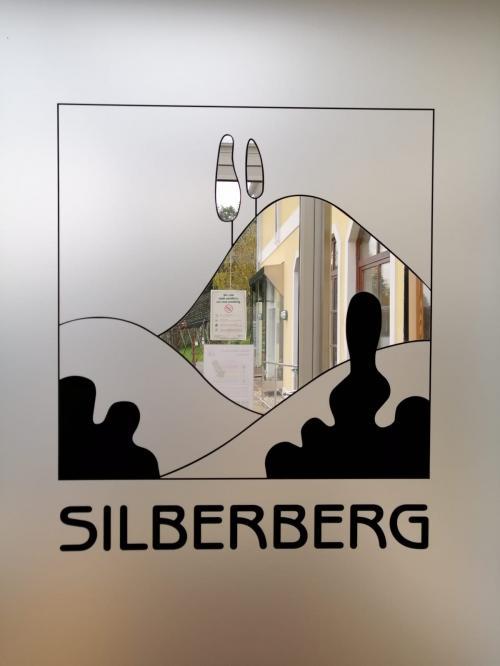 Il logo della scuola parla delle colline e delle rocce  che danno luogo a vini speciali