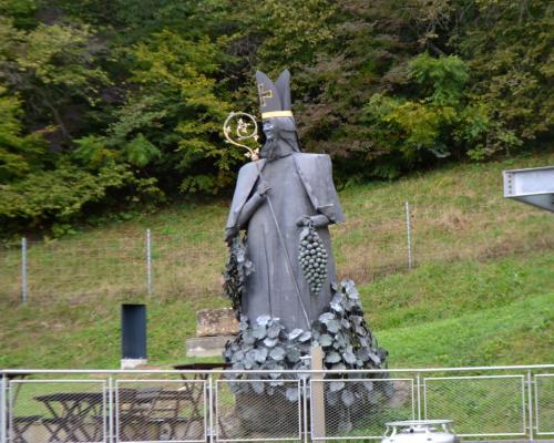 Nel cortile la scultura in bronzo del Principe Vescovo per secoli autorità del luogo