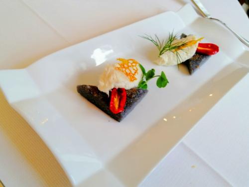 Polentina col nero di seppia e baccalà