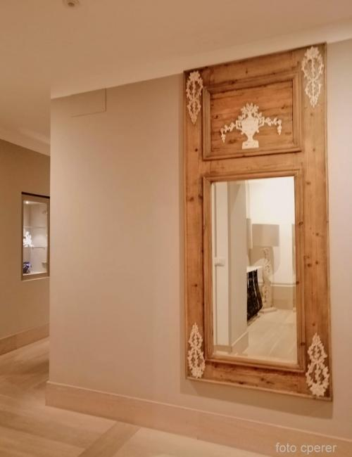La porta di un armadio trasformata in specchiera