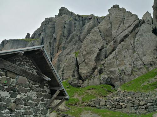 Dal Bivacco pochi metri e si sale alla rocce che custodisce le gallerie (foto C.Perer)