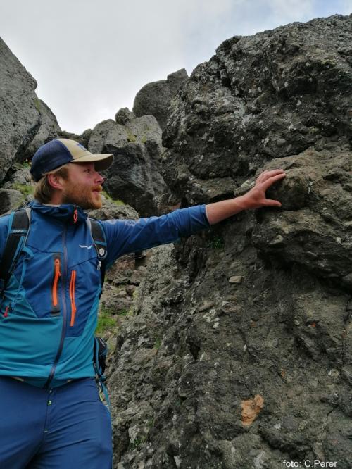 ''Le rocce sono di origine vulcanica'' spiega la guida (foto C.Perer)