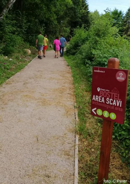 L'area di accesso è servita da una comoda e semplice passeggiata tra campi di frumento