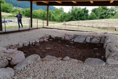 L'area scavi del Bostel: nella foto il basamento in pietra di una capanna