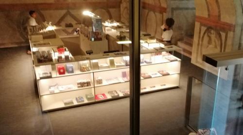 Molto bello il nuovo bookshop collocato nel Revolto sotto la ''Loza del Romanino''
