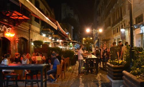 Salonicco - Le taverne della zona del Porto piene di gente fino a tarda notte  (foto C.Perer)