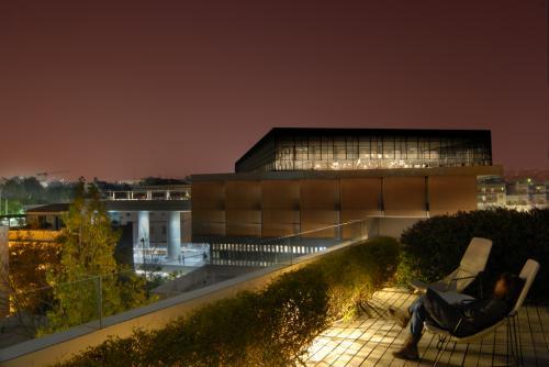 Il museo dell'acropoli visto dal Roof Garden