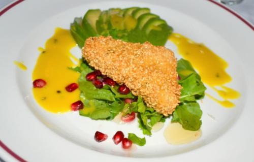 Il formaggio tipico cipriota viene fritto, adagiato su una foglia di vite e accompagnato col melograno