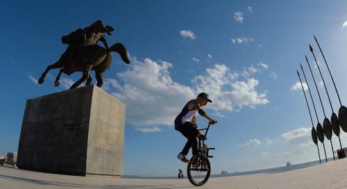 A Salonicco sul lungomare, all'ombra del monumento ad Alessandro il Macedone.