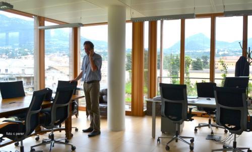 Il direttore Lanzinger nel suo studio