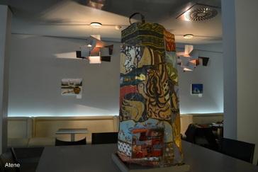 Arte e luci soffuse: la cafeteria del Museo di Atene è un piacevolissimo salottino
