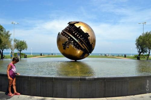 La ''palla'' di Pomodoro verso il mare al termine del corso principale di Pesaro