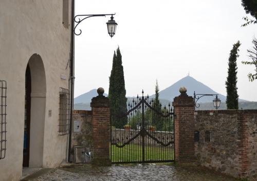 La caratteristica forma dei Colli Eugani di origine vulcanica (Veduta da Arquà Petrarca)
