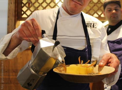 lo chef stellato Paolo Donei del Ristorante Malga Panna a Moena prepara i suoi paccheri della Felicetti, con finferli e brodo di larice