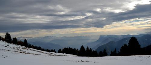 Il panorama invernale dalla vetta del Monte San Vigilio foto c.perer