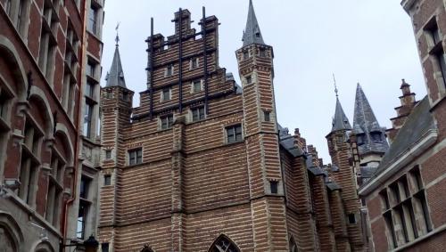 La singolare e caratteristica architettura di Anversa (foto c.perer)