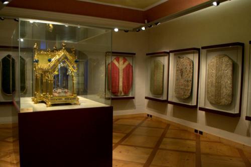 La ricca collezione di paramenti sacri  - fotoservizio: O.Galletti