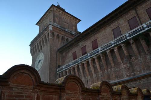 La torre dal terrazzo: d'estate è abbellito da aranci  e limoni in vaso (foto C.Perer)
