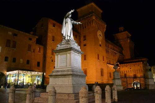piazza Savonarola e il Castello Estense (foto C.Perer)