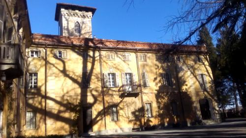Il parco ha 1200 piante e una... in più: l'ombra dell'imponente Gimko Biloba che si proietta sulla facciata del castello (foto: C.Perer)