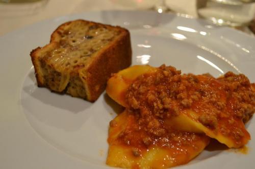 Gastronomia Ferrarese: il pasticcio di maccheroni in pasta frolla e i cappellacci  di zucca al ragù (foto C.Perer)