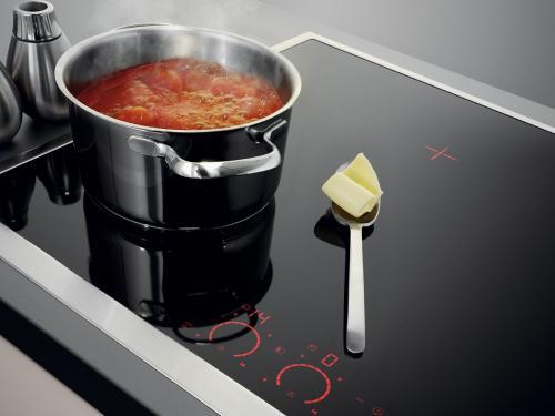 Anche le piastre a induzione non trasmettono tutte le microonde alla pentola: possono disperdersi e rendere la cucina ambiente malsano