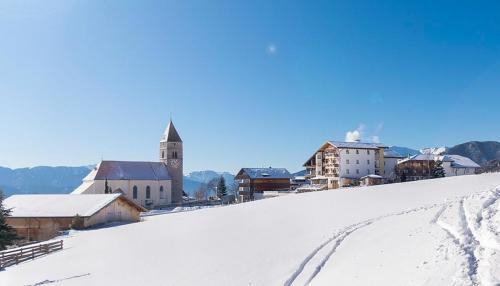 La località è  distesa su un ampio pianoro all'imbocco della Val d'Isarco a 1.414 m.