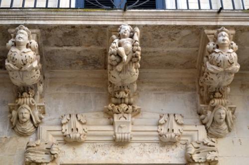 Le mensole barocche che sostengono le balconate