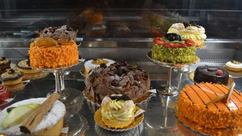 Le torte dell'Antica Pasticceria Castino. Al centro la Torta Zurigo: amarene sul cioccolato a scaglie