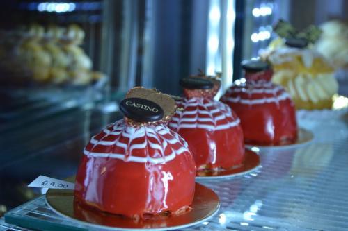 La fortuna del locale: le coloratissime torte monoporzione alla frutta