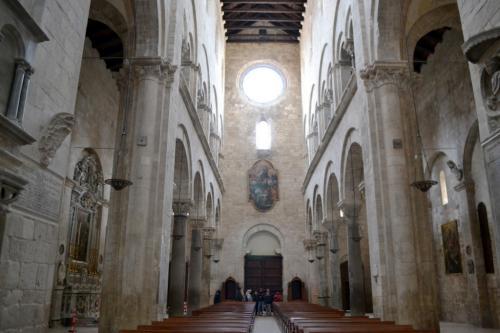 La navata centrale con vista sul rosone della facciata