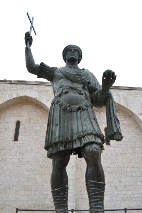 Il Colosso, la statua che rappresenterebbe Teodosio e che i barlettani chiamano Eraclio  (Foto C.Perer)