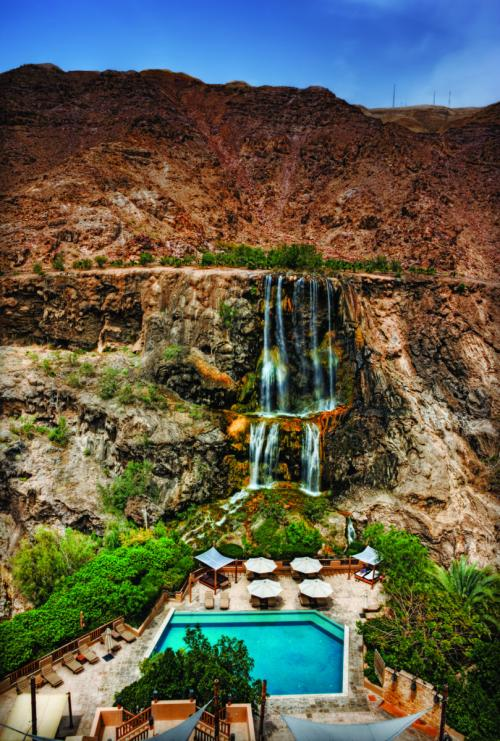 Da qui è possibile fare anche un trekking di 8 chilometri che conduce sotto, sulla piana del mar Morto.