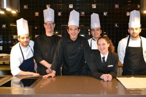 La brigata dello chef Riccardo Aliceto (al centro)