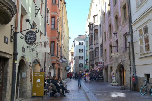 I vicoli della città vecchia, trionfo di colori e radizione