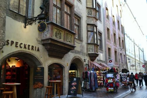 I vicoli verso la Hofburg tra souvenir e speckerie