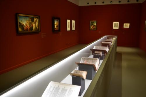 La mostra è introdotta da una preziosa collezione antica di Bibbie