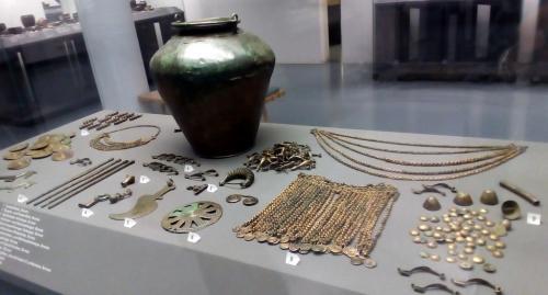 Urne, monili, lapidarium: un viaggio di 30.000 anni