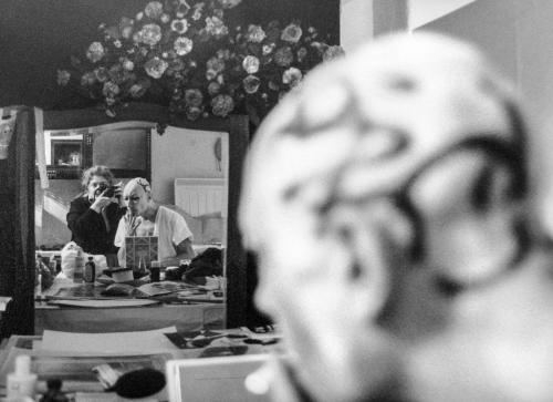 nello studio di Via Bramante 32 mentre fotografa i preparativi di Francisco Copello per una sua performance