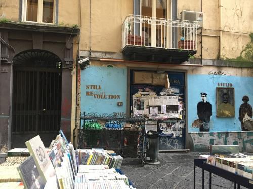 ''Still revolution'' bancarelle di libri a Napoli