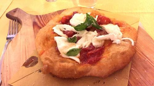 La pizza a portafoglio, street-food per eccellenza