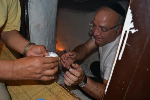 ...che vengono affidate ad un uomo nella cripta della sinagoga