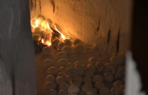le uova cuociono e saranno poi consumate per propiziare i desideri