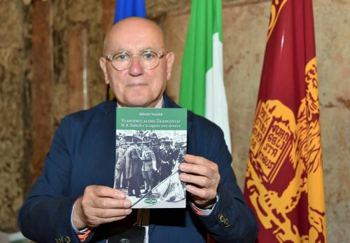 Sergio Tazzer, giornalista e scrittore italiano con l'edizione slovacca del libro dedicata al Padre della Patria Milan Rastislav Štefánik