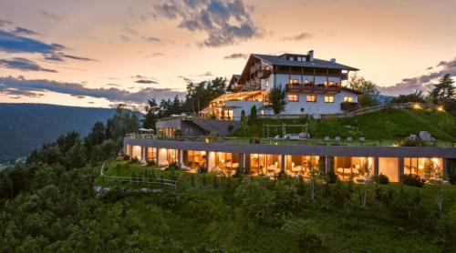 L'Hotel Belveere a San Genesio gode di una posizione invidiabile su Bolzano e le Dolomiti
