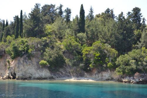 Nell'isola riposa ancora Onassis accanto ai vialetti in cui passeggiava con la Callas (foto.C.Perer)