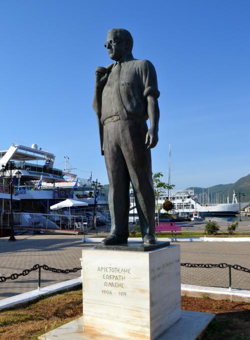 Il monumento ad Onassis sul lungomare di Nidri (foto.C.Perer)