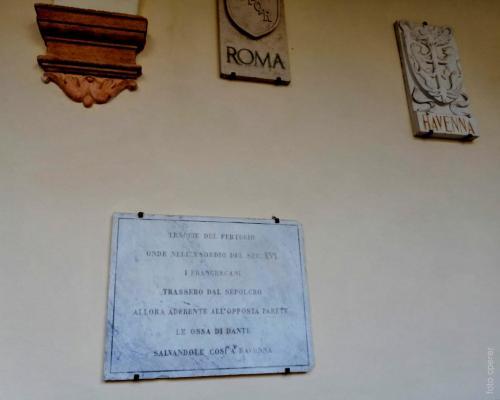 La lapide che ricorda dove si infilarono i frati per salvare la teca con  le ossa del Poeta è una delle tappe di Silent Play