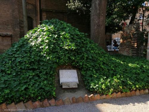 Qui sotto i Frati nascosero le spoglie dal 23 marzo 1944 al 19 dicembre 1945